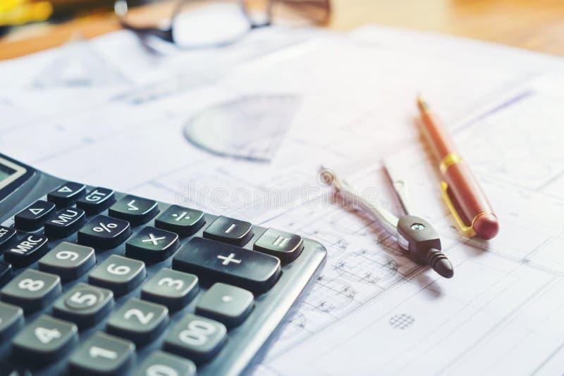 Calculez et blueprint à la maison le bureau image stock