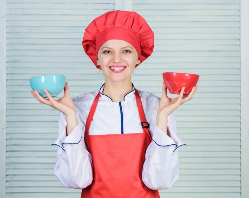 Calculez la partie normale de nourriture Calculez votre taille de portions de nourriture R?gime et concept suivant un r?gime Cuve photo stock