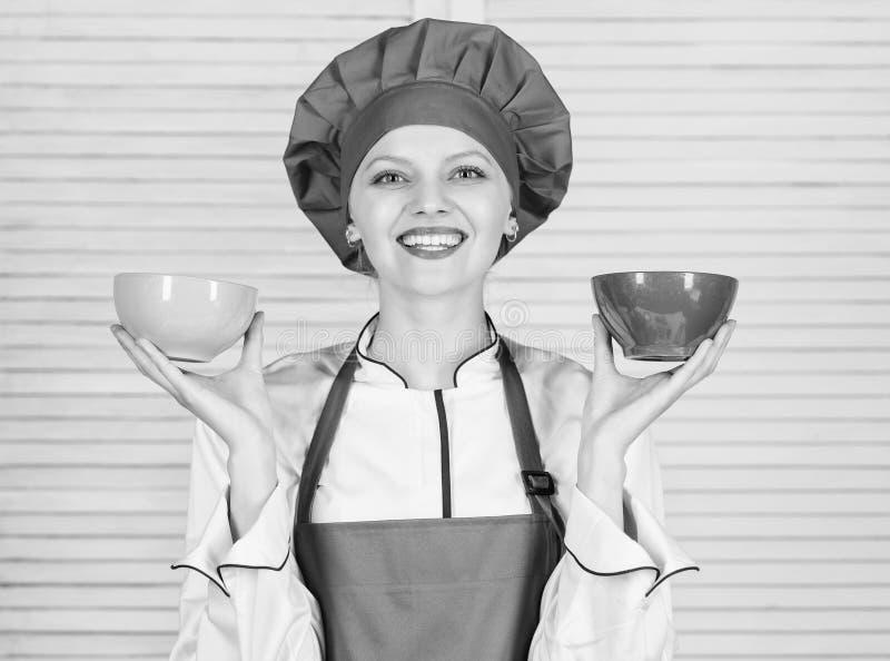 Calculez votre taille de portions de nourriture R?gime et concept suivant un r?gime Cuvettes de prise de cuisini?re de femme ? co image stock