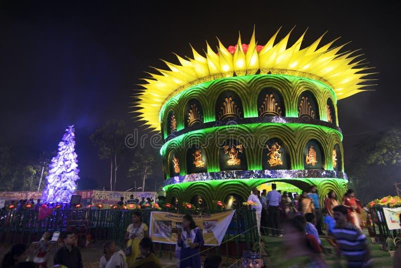 CALCUTTA, INDIA - 1° OTTOBRE 2014: Festival di Durga Puja, pandal decorato immagini stock libere da diritti