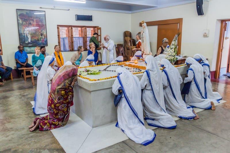 CALCUTTA, INDIA - 30 OTTOBRE 2016: Le sorelle dei missionari della carità pregano a Madre Teresa che la tomba in madri alloggia d fotografia stock libera da diritti
