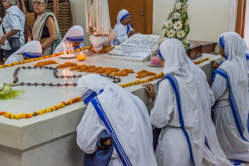 CALCUTTA, INDIA - 30 OTTOBRE 2016: Le sorelle dei missionari della carità pregano a Madre Teresa che la tomba in madri alloggia d fotografia stock