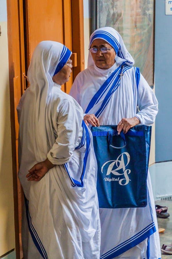 CALCUTTA, INDIA - 30 OTTOBRE 2016: Sorelle dei missionari di carità di Madre Teresa nella Camera delle madri in Calcutta immagini stock libere da diritti