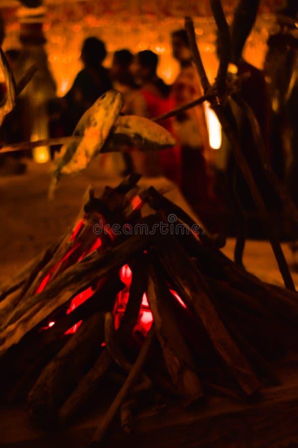 CALCUTTA, INDIA 26 SETTEMBRE 2017 - decorazione decorata del mestiere e di arte del camino artificiale con le fiamme fatte del te fotografia stock
