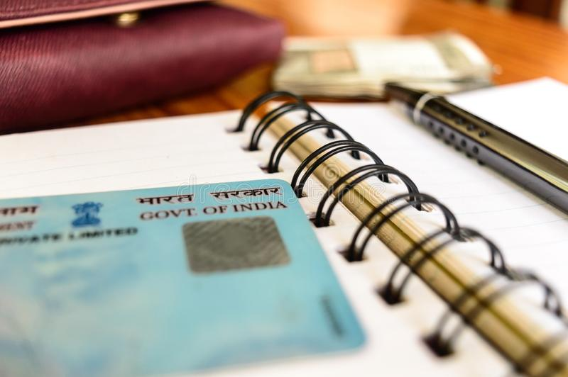 Calcutta l'India gennaio 2019 - chiuda su del governo dell'India sul codice fiscale permanente della carta della pentola Fuoco mo fotografia stock