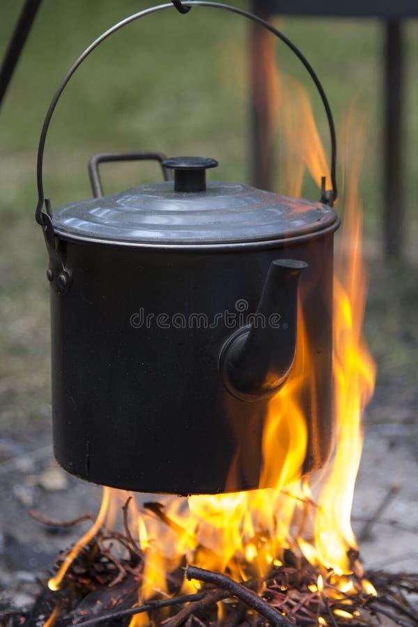 Caldaia su fuoco fotografie stock