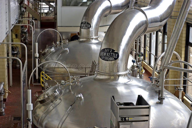 Caldaie della birra della fabbrica di birra, vista orizzontale di paesaggio