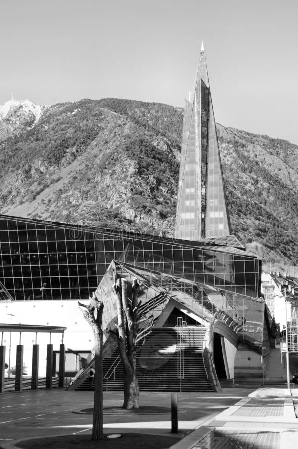 CALDEA complexo térmico no fundo das montanhas na capital do principado de Andorra, Andorra - velinos do La, Europa imagens de stock