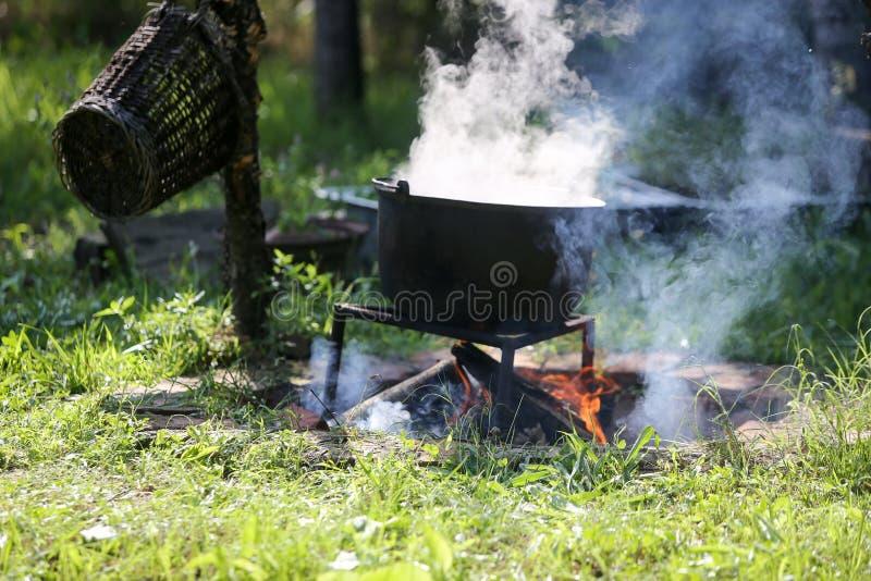 Caldeirão do ferro fundido que ferve um guisado da goulash imagens de stock