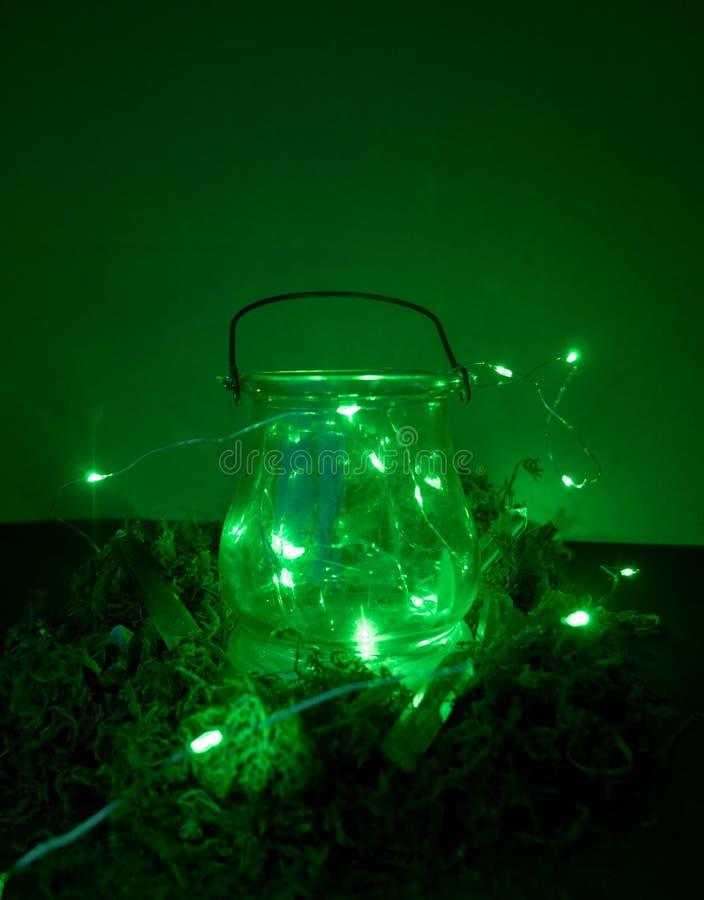 Caldeir?o m?gico no fundo verde com musgo e vaga-lume e n?voa e fumo e bokeh fotografia de stock