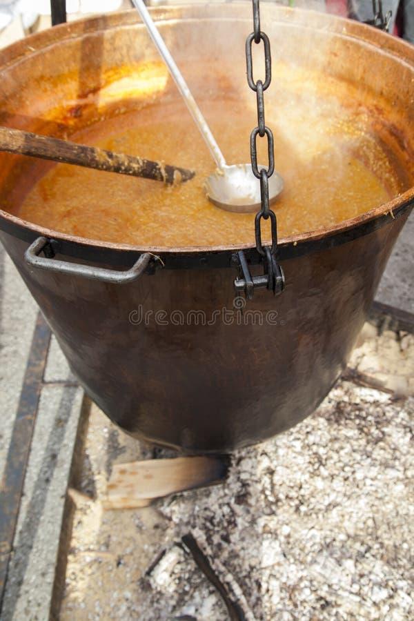Caldeira de cobre grande na chaminé aberta, foco seletivo imagem de stock royalty free