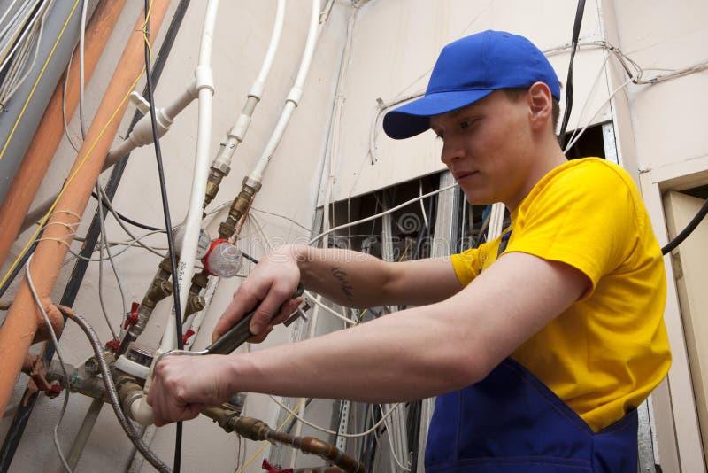 Caldeira do aquecimento de Working On Central do encanador imagens de stock