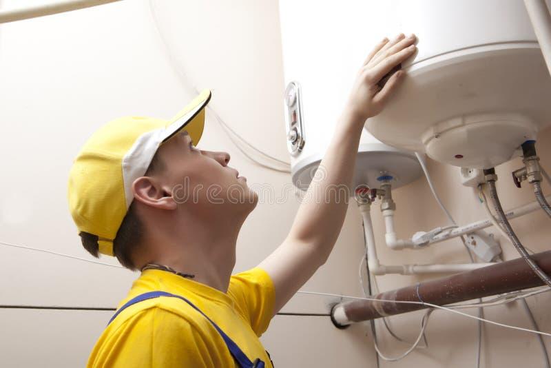 Caldeira do aquecimento de Working On Central do encanador foto de stock