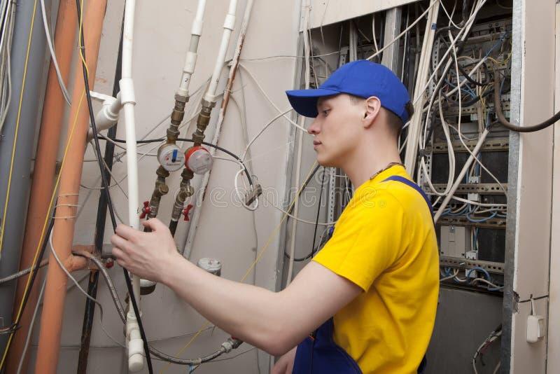 Caldeira do aquecimento de Working On Central do encanador imagem de stock