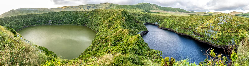 Caldeira Negra e Caldeira Comprida sull'isola del Flores in Azzorre, Portogallo fotografia stock libera da diritti