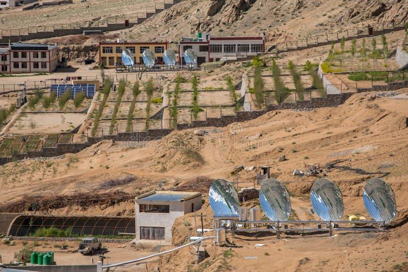 Caldeiras de água solares grandes na escola experimental moderna em Leh, Ladakh, Índia fotografia de stock royalty free