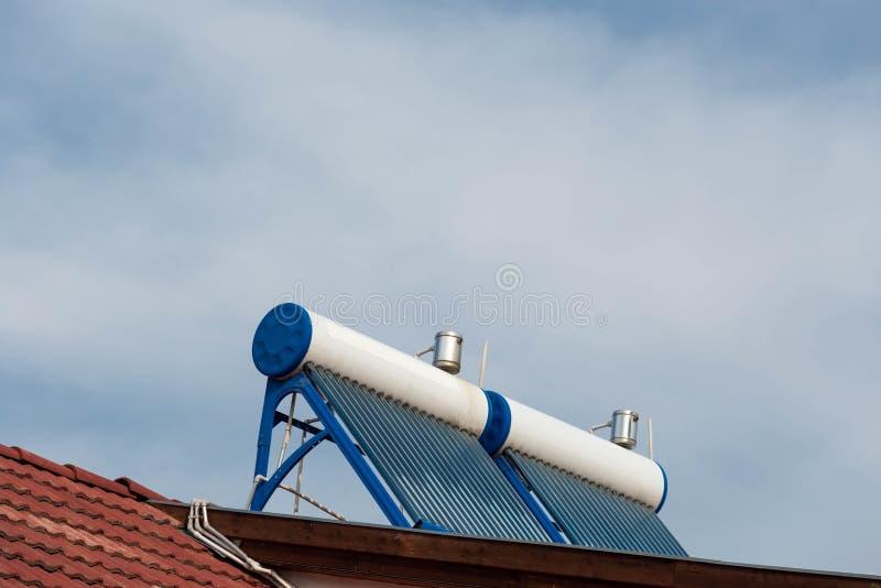 Caldeiras solares gêmeas do aquecedor de água no telhado residentual da casa fotografia de stock