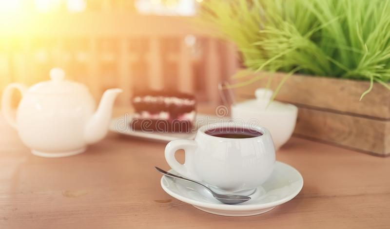 Caldera con una bebida y postre en un café de la calle Té en el ket fotos de archivo libres de regalías