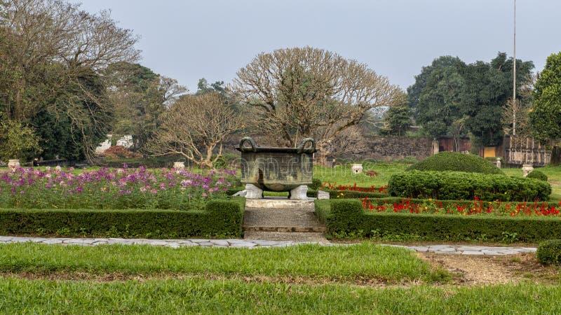 Caldera de bronce vieja en el jardín de la ciudad Prohibida, ciudad imperial dentro de la ciudadela, tonalidad, Vietnam imagen de archivo libre de regalías