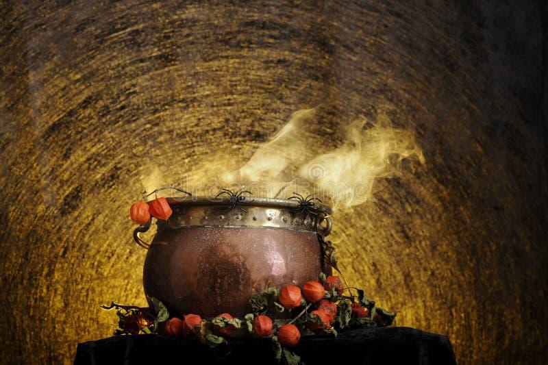 Caldera de cobre de ebullición de víspera de Todos los Santos imagen de archivo