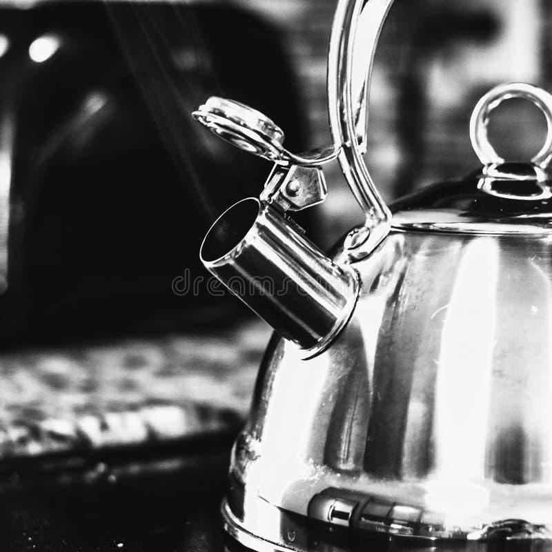 Caldera de té de cocido al vapor al vapor blanco y negro foto de archivo