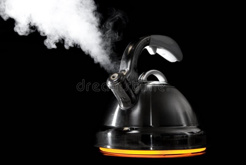 Caldera de té con el agua hirvienda fotos de archivo libres de regalías