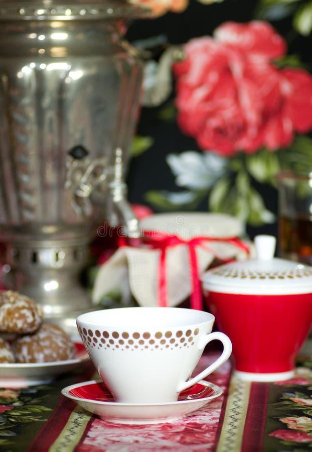 Caldera de té rusa vieja tradicional con la taza de té fotografía de archivo