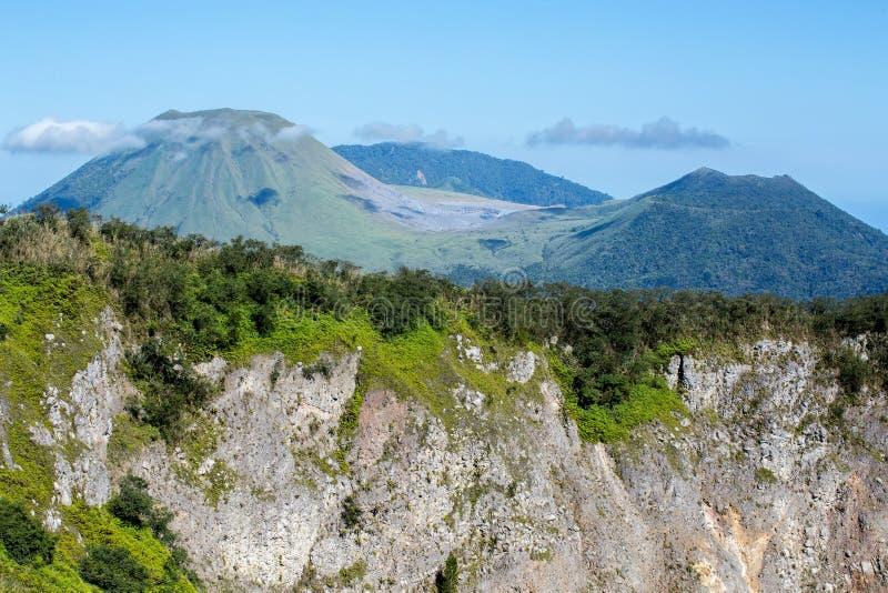 Caldera del volcán de Mahawu, Sulawesi, Indonesia imágenes de archivo libres de regalías