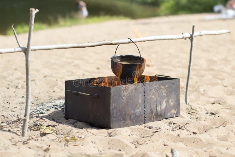 Caldera en un fuego fotos de archivo