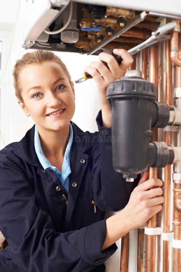 Caldera femenina de la calefacción de Working On Central del fontanero foto de archivo libre de regalías