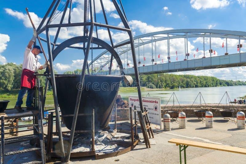 Caldera gigante en el festival de la sopa de los pescados en Szeged imagenes de archivo