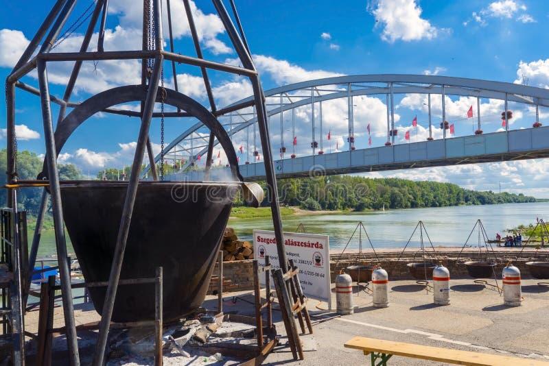 Caldera gigante en el festival de la sopa de los pescados en Szeged fotografía de archivo