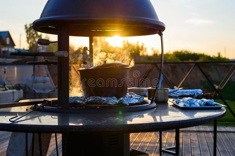 Caldera grande de la sopa y de los pescados en hoja y cocinados en los carbones en el aire abierto, naturaleza fotografía de archivo