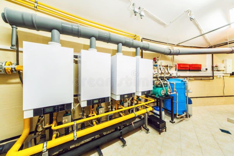 Caldera interior con cuatro potentes de calderas de gas del hogar fotografía de archivo libre de regalías