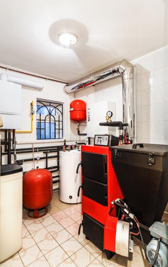 Caldera interior del hogar con una caldera para los combustibles sólidos fotos de archivo