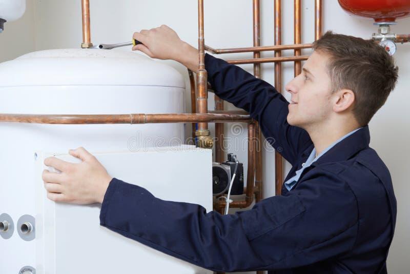 Caldera masculina de la calefacción de Working On Central del fontanero fotografía de archivo
