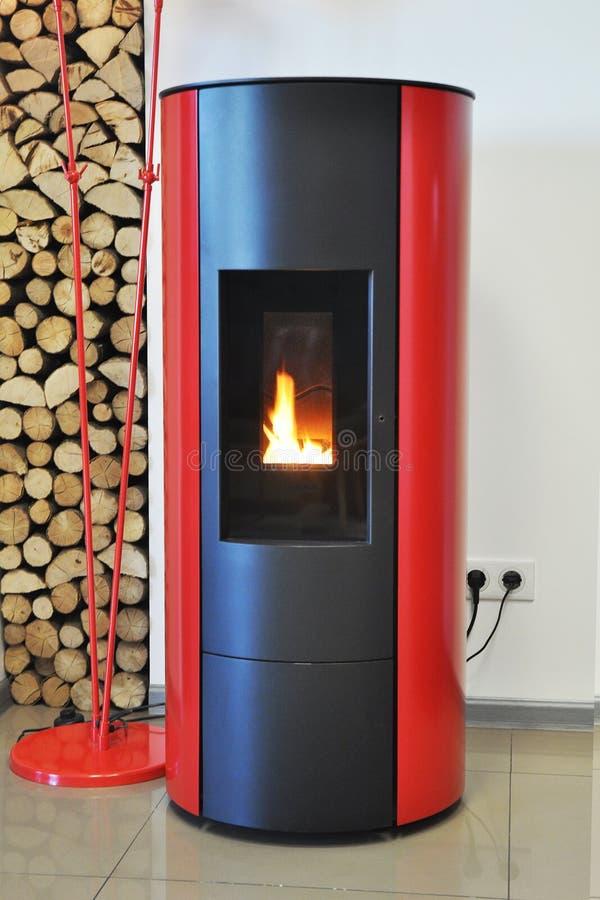 Caldera para las briquetas de la leña y de madera Calefacción de la leña para la casa Caldera de la leña imagen de archivo libre de regalías