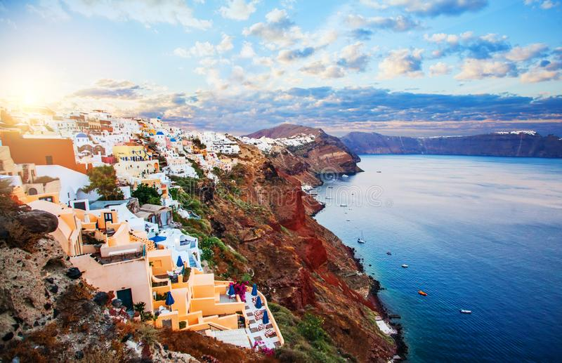 Caldera Santorini Θερινό τοπίο της Ελλάδας Santorini ενάντια στο μπλε ουρανό στοκ φωτογραφία με δικαίωμα ελεύθερης χρήσης