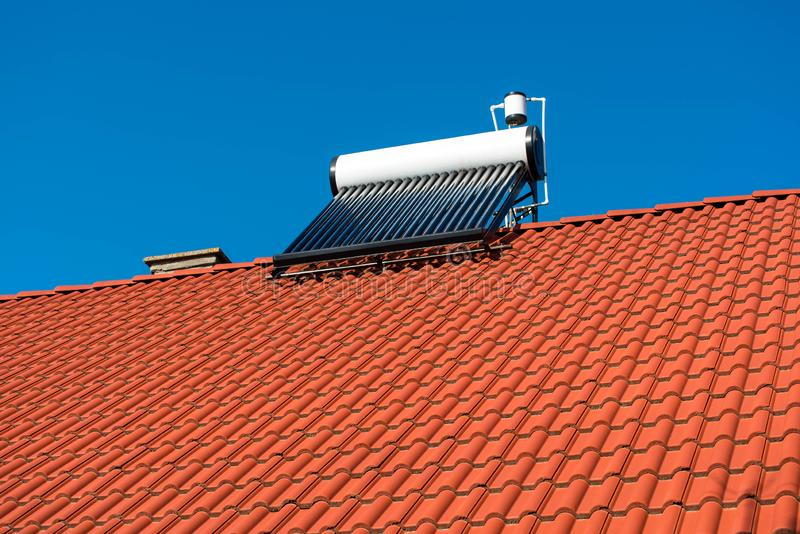 Caldera solar del calentador de agua en tejado residentual de la casa imagen de archivo