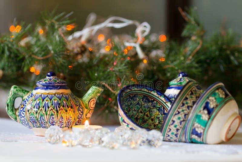 Caldera y cuencos, platos tayicos, decoraciones de la Navidad, velas imagen de archivo libre de regalías