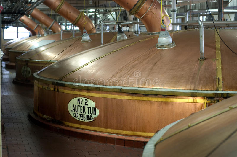 Calderas de la cuba de Lauter de la cerveza de la cervecería, opinión del paisaje imagenes de archivo