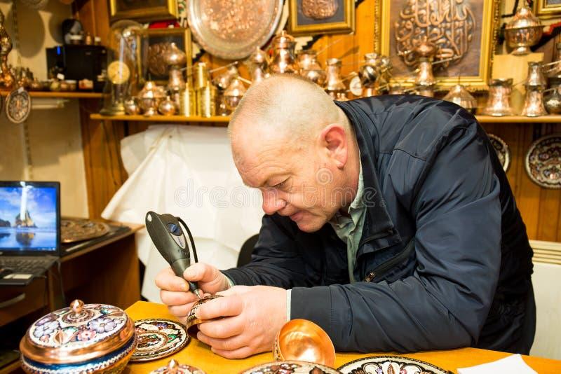 Calderero que trabaja en la tienda de bronce en Sarajevo, Bosnia y Herzegovina imagen de archivo