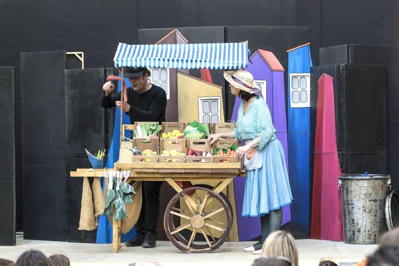 CALDES DE MONTBUI, am 16. März: Das Theater der Straßenkinder durch Teatre Aula während des Fem Bullir L 'Olla-Festival lizenzfreies stockbild