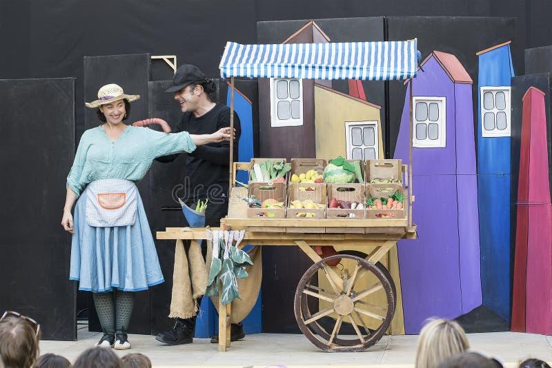 CALDES DE MONTBUI, am 16. März: Das Theater der Straßenkinder durch Teatre Aula während des Fem Bullir L 'Olla-Festival lizenzfreie stockfotos