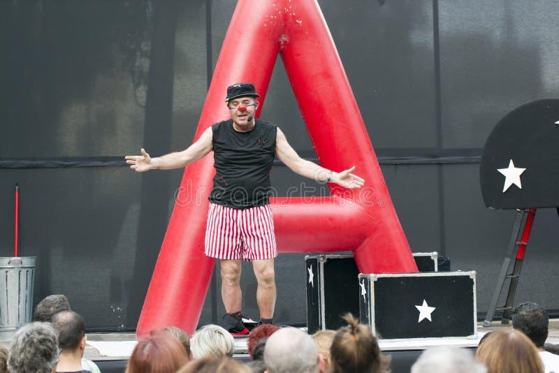 CALDES DE MONTBUI, SPANJE - OKTOBER 13: De clown en de impresario van Marcel Gross in het Lokale theater van de Festivalstraat vo royalty-vrije stock foto's