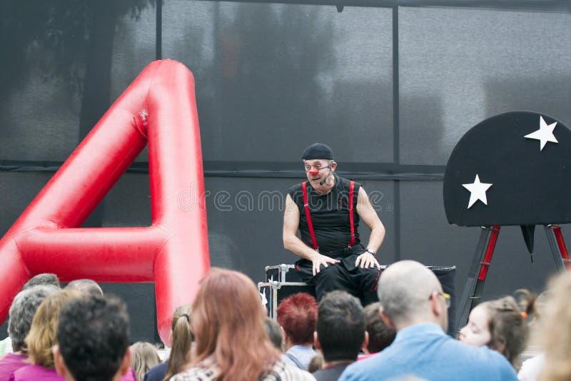 CALDES DE MONTBUI, SPANJE - OKTOBER 13: De clown en de impresario van Marcel Gross in het Lokale theater van de Festivalstraat vo stock afbeelding