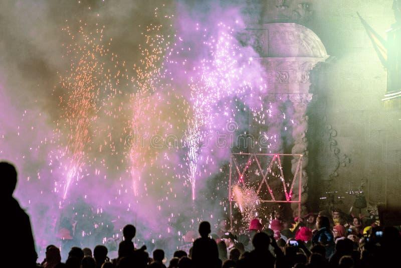 CALDES DE MONTBUI, SPANJE - OKTOBER 13: Populair Catalaans festival Correfoc met vuurwerk bij 25ste verjaardag van Diables DE Cal stock fotografie