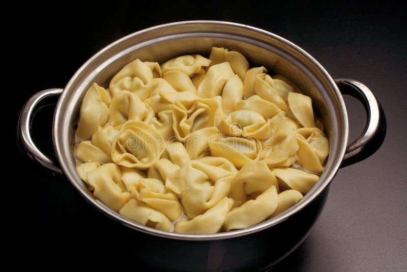 Caldo con el tortellini - comida italiana fotos de archivo libres de regalías