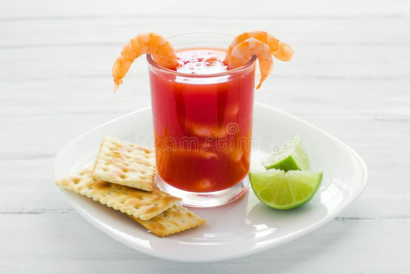 Caldo de camaron, consome de camarones,虾仁开胃品用柠檬和盐味的曲奇饼墨西哥海鲜在墨西哥 免版税库存照片