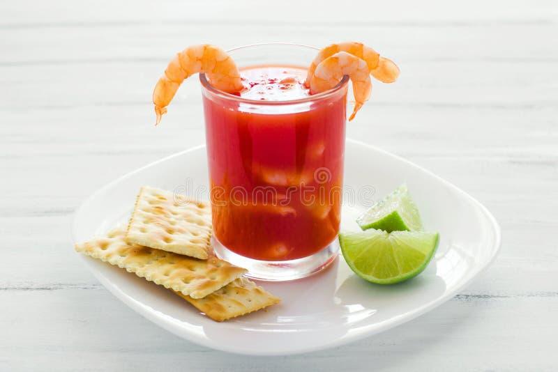 Caldo De Camaron, consome De Camarones, Krewetkowy koktajl z cytryną i solonych ciastek meksykańskim dennym jedzeniem w Mexico zdjęcia royalty free
